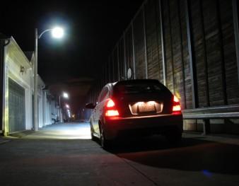 Voiture qui conduit de nuit avec des phares xenon